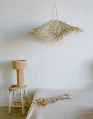 suspension à franges au dessus d'un lit